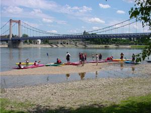 canöes - kayaks du club à Cosne devant le pont suspendu de la Loire